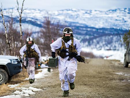 Soldater og grenaderer fra Panserbataljonens stormeskadron 4 har vært å øvd skarpt på eskadron og troppsangrep i Porsangermoen. // Soldiers from norwegian armored battalion training in Porsangermoen